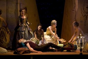 Scen ur Julius Caesar. William Towers som Julius Ceasar, Ida Falk Winland som Cleopatra och Marianne Schell som Nirenus.