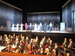 """Välförtjänta applåder till artister och musiker i """"Rusalka"""" - en sagolikt lyckad föreställning! Foto: Eskil Malmberg."""