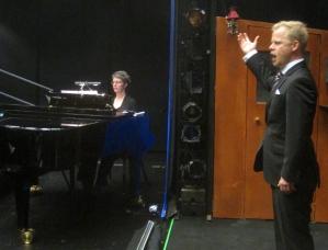 """2014 års GOV-stipendiat Jonas Olofsson framförde Lenskijs aria ur """"Eugen Onegin"""" ackompanierad av Karin Holm vid flygeln."""