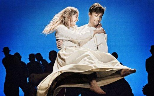 Kristina och Karl-Oskar tar en svängom. Foto - Cata Portin.