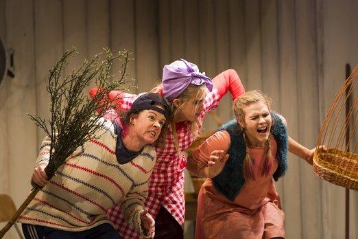 Hans (Matilda Paulsson), Mamman (Carolina Sandgren) och Greta (Elisabeth Meyer), Foto: Mats Bäcker.