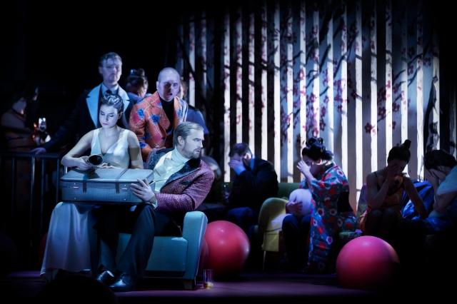 Madama Butterfly - Asmik Grigorian och ensemble. I bild även: Daniel Johansson, Niklas Björling Rygert, Karl-Magnus Fredriksson