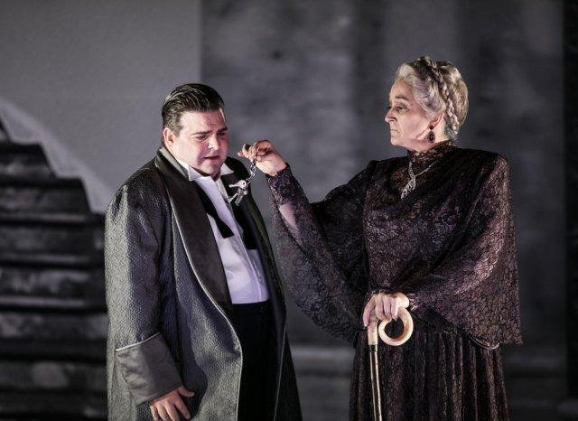 Michael Weinius och Katarina Karnéus i en nyckelscen. Foto av Mats Bäcker.