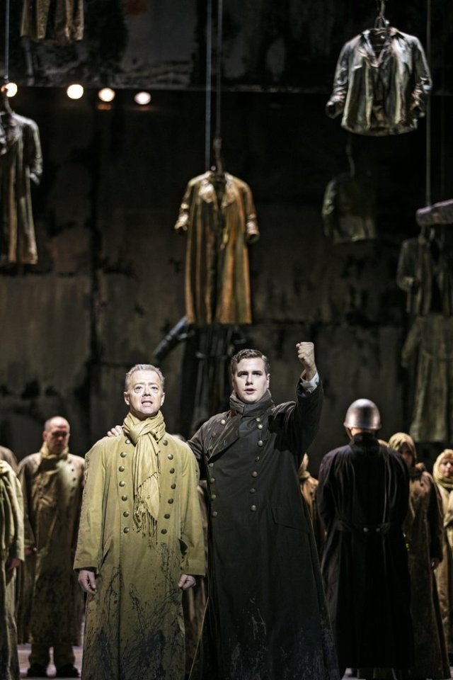 Tomas Lind i ljus kostym som McDuff i Macbeth. Foto - Mats Bäcker